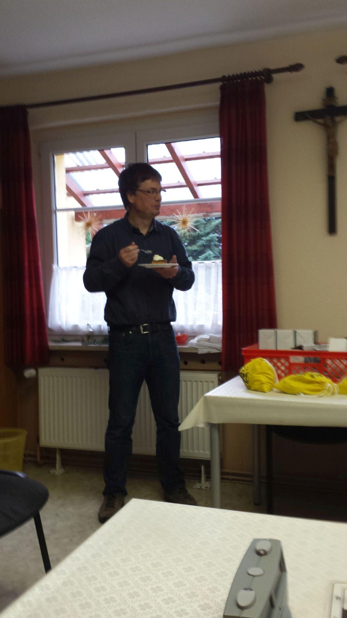 Der Vereinsschef widmet sich dem Käsekuchen