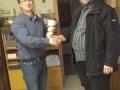 Der Vereinsschef gratuliert dem Sieger.