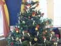 Der Weihnachtsbaum im Spiellokal.